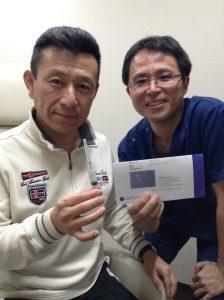培養幹細胞治療を膝に注入する患者さまとドクター