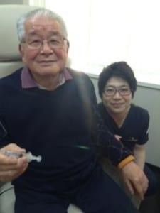 培養幹細胞治療を受けられた患者様と担当医の写真